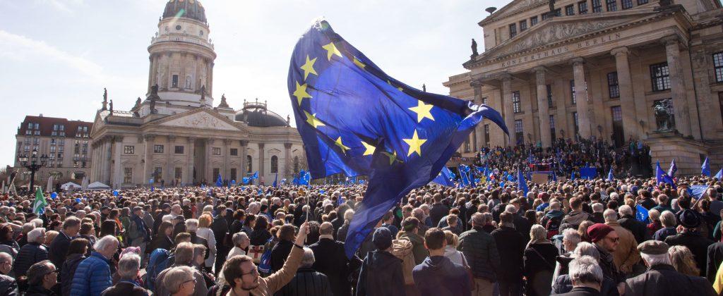 Tausende Menschen nehmen an der Veranstaltung «Pulse of Europe» am 26.03.2017 vor dem Konzerthaus auf dem Gendarmenmarkt in Berlin teil. Zum siebten Mal treffen sich Demonstranten dort, um für die Idee eines freien und geeinten Europas einzutreten. Foto: Jörg Carstensen/dpa | Verwendung weltweit