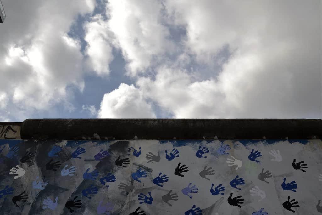 Handabdrücke auf der Berliner Mauer (CC BY-ND 2.0 Jeanne Menjoulet)