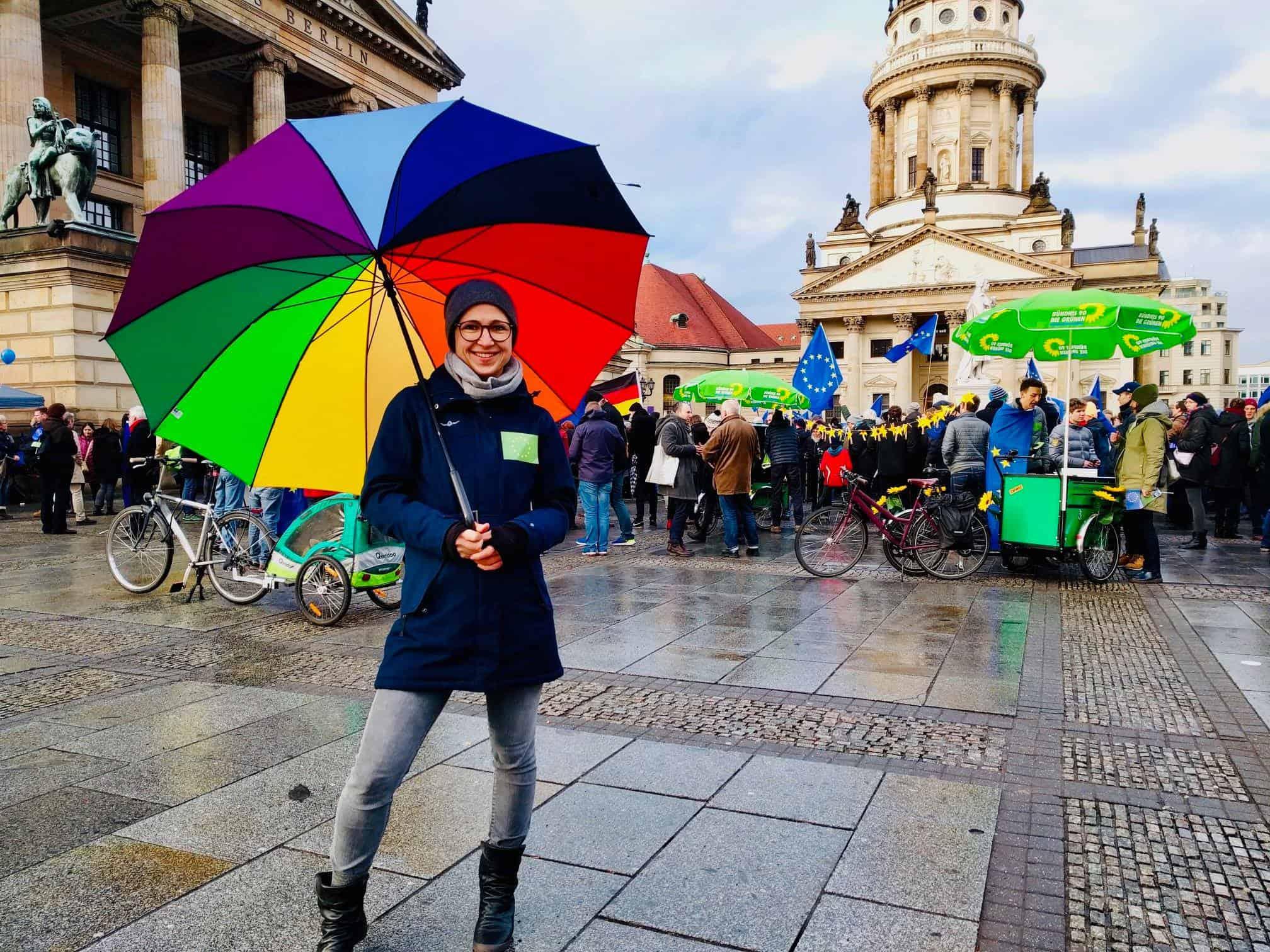 Hannah mit einem Regenbogenschirm