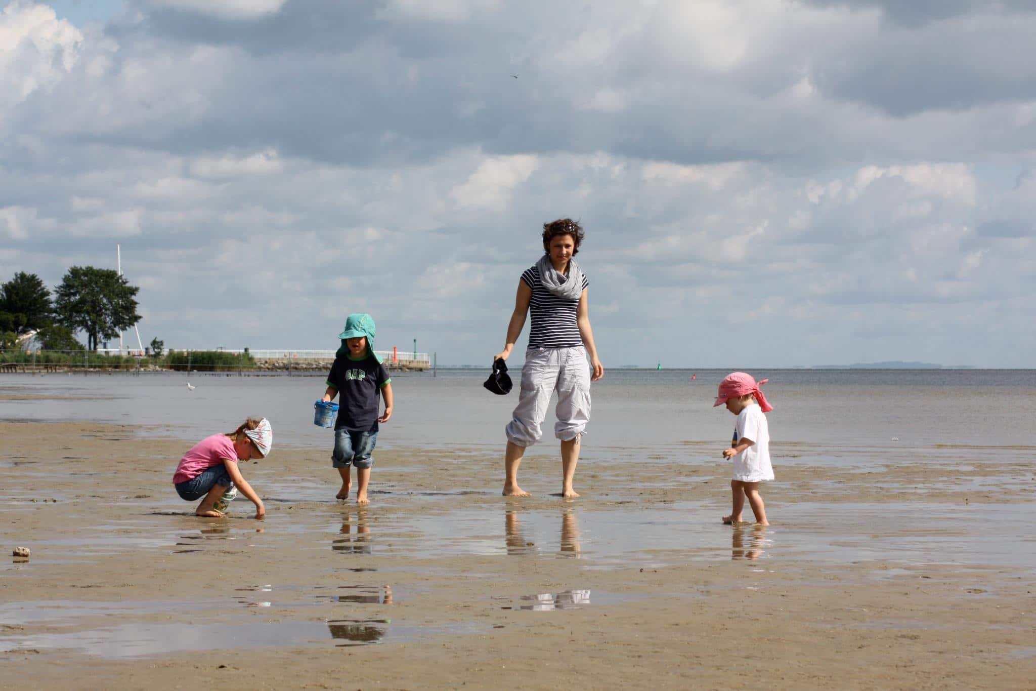 Hannah mit ihren Kindern am Strand