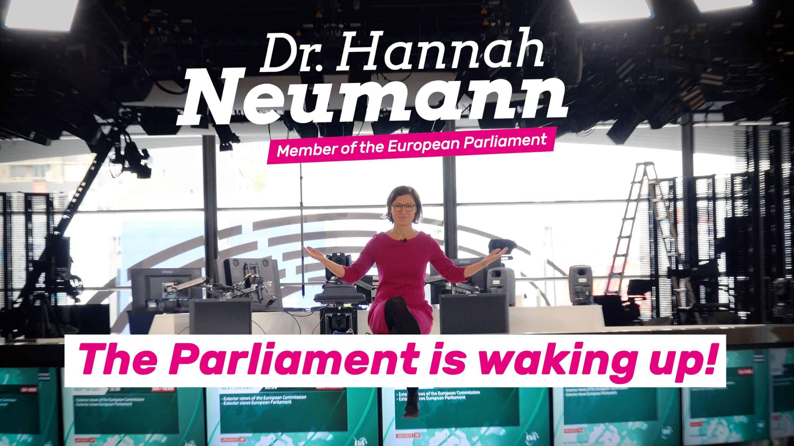 Hannah im leeren Europaparlament